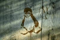 Photographie d'un tag du pingouin symbole de Linux, peint sur un mur