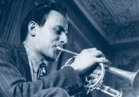 Photographie de Boris Vian jouant de la trompette