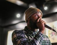beatboxer portant un bonnet et tenant un micro juste devant sa bouche