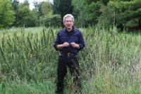 Gilles Clément au milieu d'un jardin