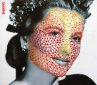 Photographie d'un visage féminin recouvert de traits rouges