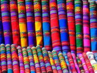 étalage de tissus mexicains très colorés