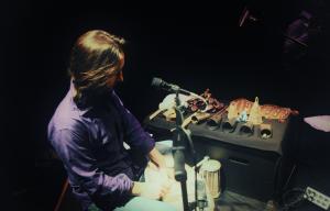 Photographie représentant un musicien en train de faire des percussions