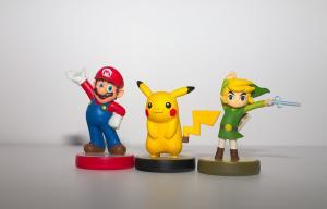Trois figurines: Mario, Pikachu et Link