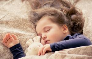 Photo représentant un enfant en train de dormir