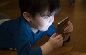 enfant en train de regarder un téléphone portable