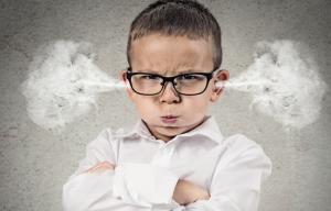 Enfant en colère avec de la fumée qui sort des oreilles