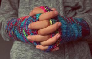 Mains d'enfant croisées