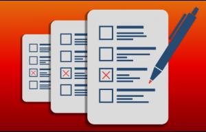 formulaires sur fond orange avec un stylo pour y cocher des informations