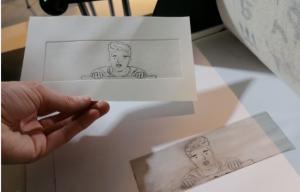 Une gravure et sa matrice à la sortie de la presse. La gravure représente un dessin de buste d'un homme