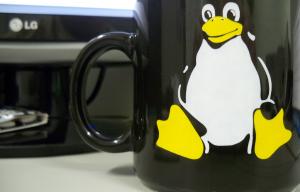 Photographie d'une tasse sur laquelle est représentée le pingouin symbole de Linux