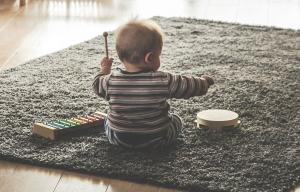 un bébé assis en train de jouer avec des instruments