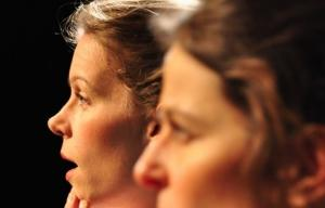 Deux femmes de profil en gros plan qui chantent