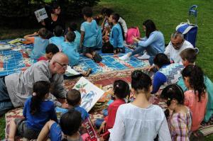 adulte lisant une histoire à un auditoire d'enfants assis en rond