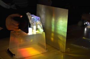 Photo d'une expérience de réflection de la lumière à travers une pierre transparente
