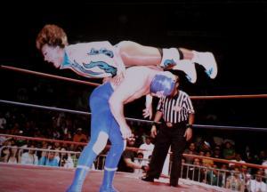 Deux hommes en plein combat de catch sur un ring