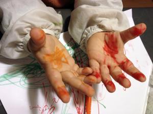 Photo illustrative de mains d'enfants