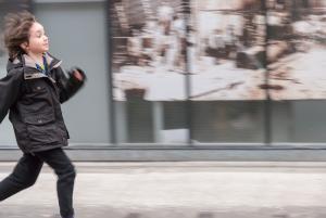 Photographie d'un enfant qui court