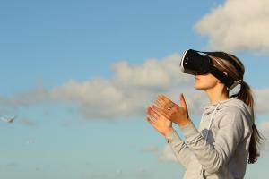 Jeune fille portant un casque de réalité virtuelle devant les yeux