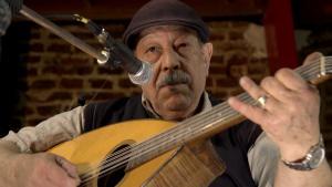Photo représentant le chanteur madani avec une guitare en train de chanter
