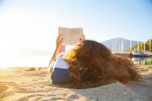 une jeune fille qui lit sur la plage