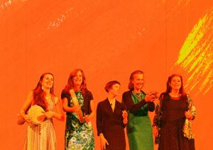 cinq femmes musiciennes sur un fond orange