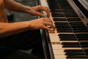 Des mains qui jouent du piano