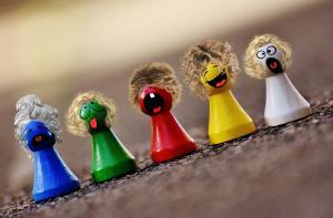Photographie de pions de jeux de société déguisés pour en faire des personnages rigolos