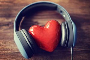 Photographie d'un coeur écoutant de la musique