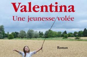 """Couverture du roman """"Valentina, une jeunesse volée"""" représentant une jeune fille courant dans un champ avec un baton"""