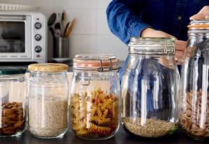 Photographies de bocaux contenant des aliments (pates, riz..)